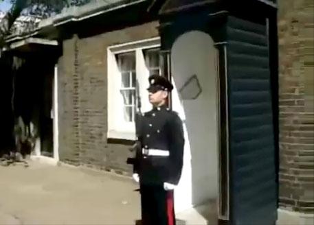 Comment faire rire un garde royal