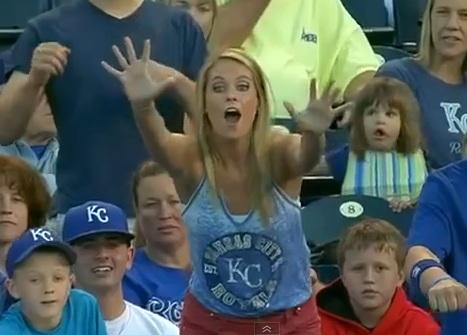 Un gamin pique la balle de baseball à une fille blonde