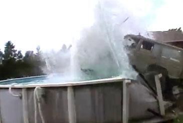 Saut au dessus de la piscine avec sa Jeep : Fail