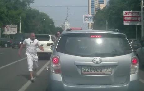 Un Porsche Cayenne et une Toyota s'embrouillent en Russie