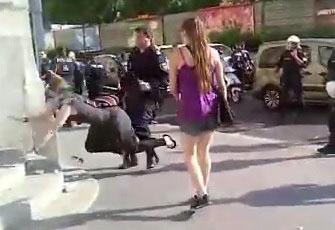Une manifestante se fait pousser violemment sur des escaliers