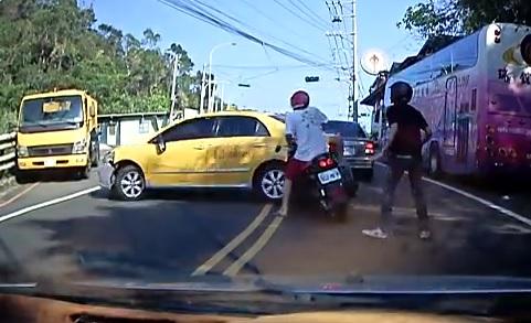 Un taxi taiwanais force la passage pour s'enfuir