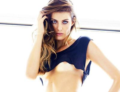 Isabeli Fontana pose topless pour le magazine LUI