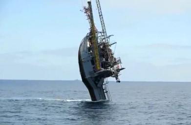 Un bateau scientifique s'incline à 90 degrés