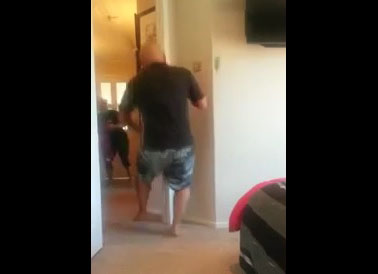 Il fait semblant de s'électrocuter pour faire peur à sa femme