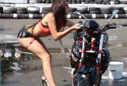 Fail d'une fille qui essaye de faire un moto-wash