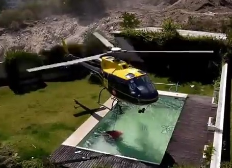 Un hélicoptère anti-incendie se sert dans une piscine privée