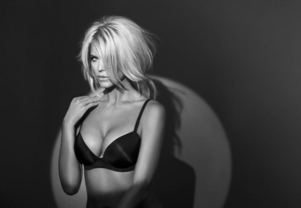 Victoria Silvstedt pose pour Lindex lingerie