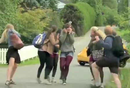 Le groupe norvégien Ylvis terrorise les passants