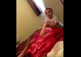 Leur fils a trouvé le godemichet dans la chambre