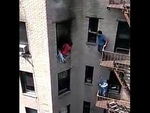 Durant un Incendie, ils sauvent la vie de leur voisin