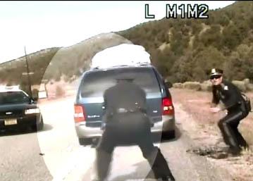 Un policier tire sur une voiture remplie d'enfants