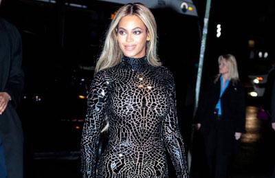 Beyonce en robe moulante et courte pour présenter son album