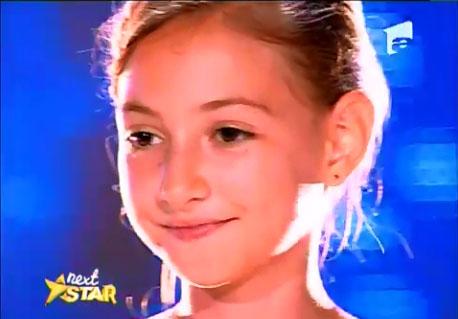 A 12 ans, Elena Hasna reprend je suis Malade de Serge Lama