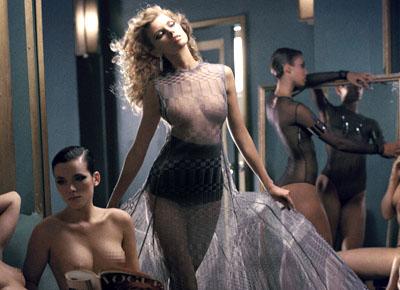 Maryna Linchuk pose entourée de filles nues pour Vogue Russie