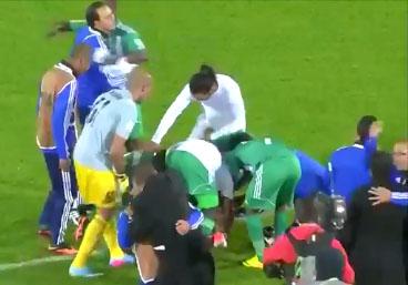 Ronaldinho se fait dépouillé par les joueurs du Raja Casablanca