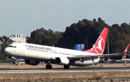 Un avion manque de toucher la piste avec sa queue
