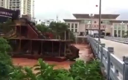 Un bateau emporté par le courant rentre dans un pont au Vietnam