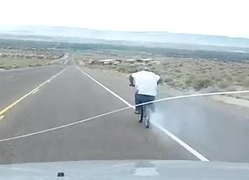 Il s'élance en BMX à 80 km/h et se casse la figure