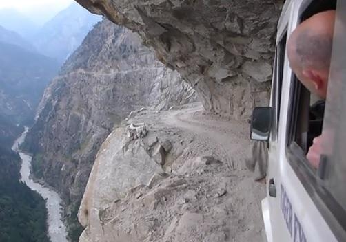 Des touristes découvrent les routes du Kishtwar aux bords d'une falaise