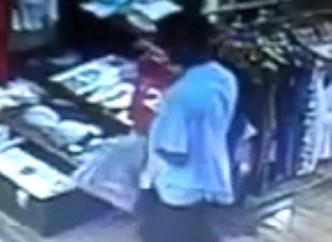 Un voleur se fait attraper par un vendeur