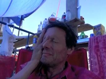 Antoine de Maximy mange un space cake au festival Burning Man