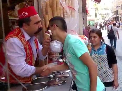 Un vendeur de glace en Turquie impressionnant