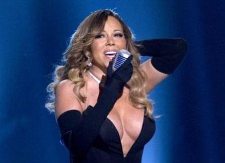 Le décolleté de Mariah Carey lors de son concert