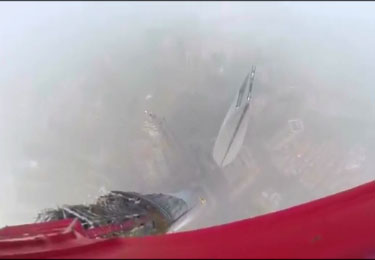 Deux russes grimpent au sommet d'une tour de Shanghai
