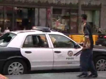Il défonce une voiture de police à Hollywood Boulevard