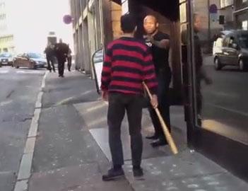 Un client veut se venger d'un videur avec une batte