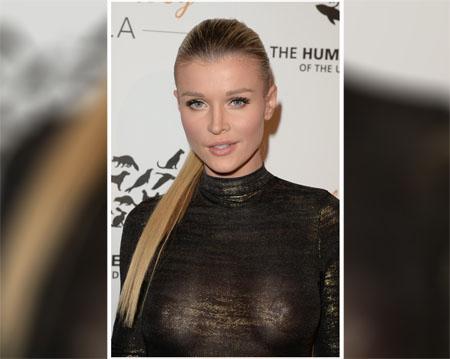 Joanna Krupa dans une robe serrée et transparente