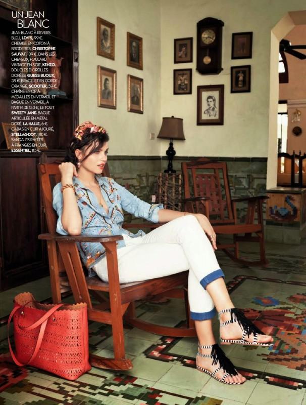 Katharina Rembi assise sur un fauteuil en bois
