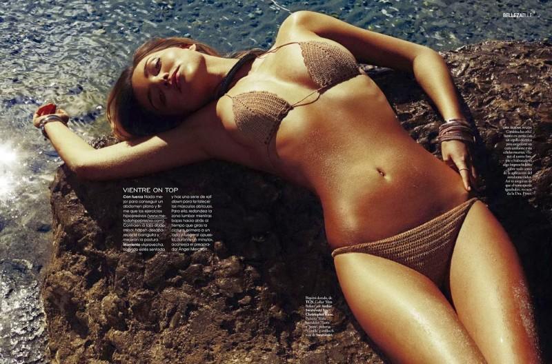 Miranda Kerr en bikini à la plage