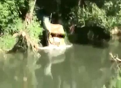 Un 4×4 tente de traverser une rivière en mode sous-marin