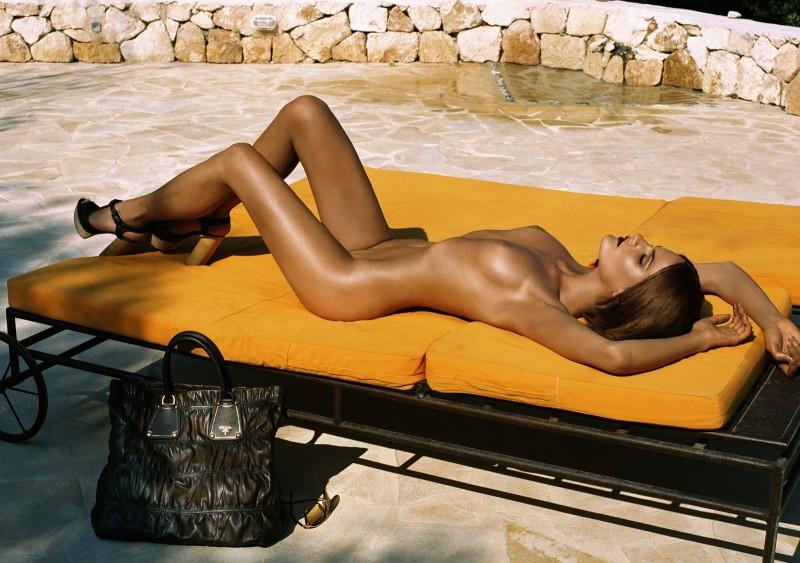 Missy Rayder et Diana Dondoe posent nues pour un éditorial du magazine Vogue Paris paru en Novembre 2006.