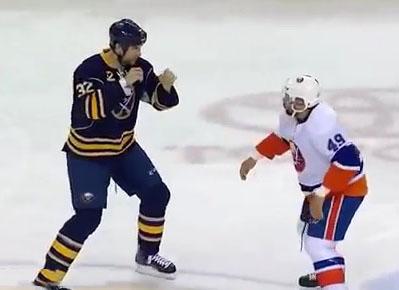 Une bagarre au Hockey entre un grand et un petit joueur