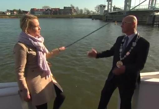 Une journaliste tombe d'un bateau pendant une interview
