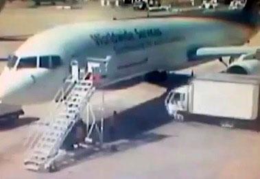 Un camion de service se crash contre un avion UPS
