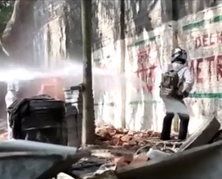 En Inde, ils utilisent un canon à eau contre ceux qui pissent dehors