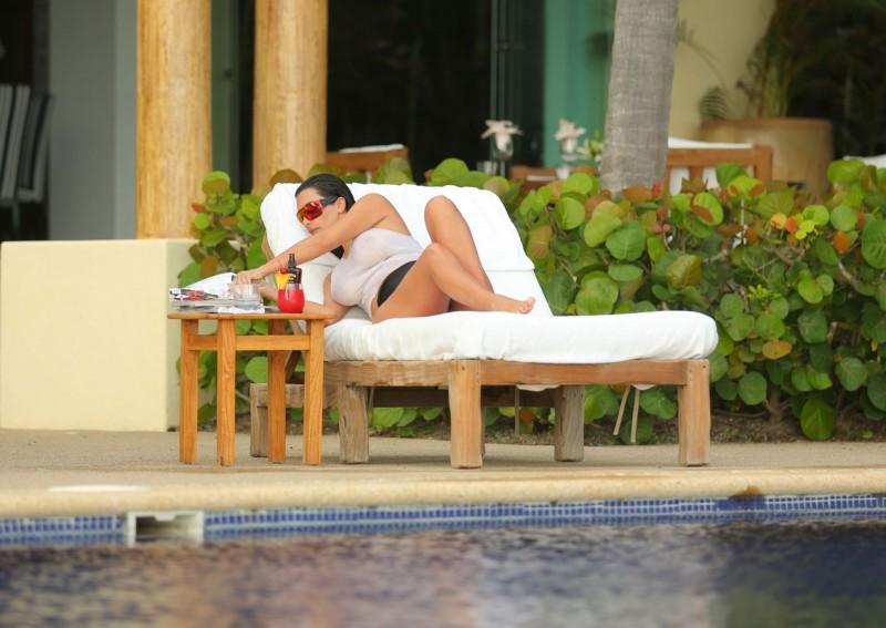 Kim Kardashian en t-shirt mouillé sur un transat au Mexique 03