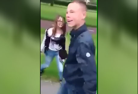 Un jeune polonais frappe sans scrupule une fille en Hollande