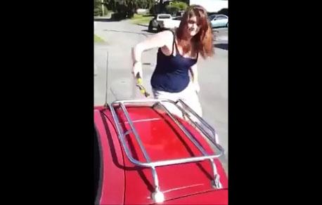 Une femme trompée détruit la voiture de son mari