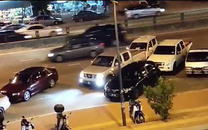 Il est bloqué par une voiture mais va la pousser sur la route