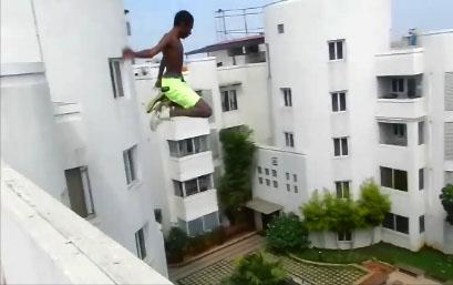 Un saut de fou depuis un toit de 21 mètres dans une piscine
