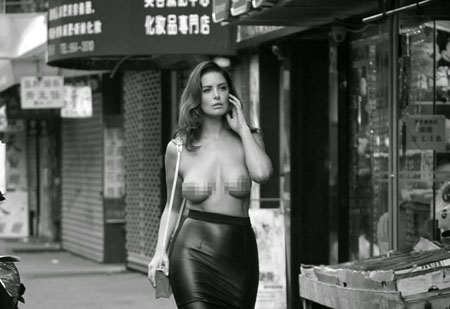 Abby Valdes se balade topless dans les rues de New York