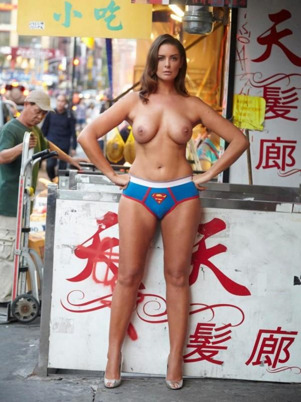 Abby Valdes se ballade nue dans New York