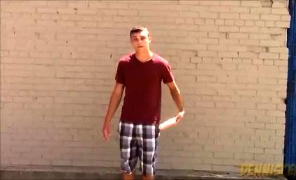 Prank : Dennis fait tomber un godemichet dans la rue