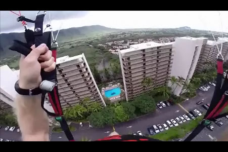 Derek Dutton passe à fond en parapente entre deux immeubles