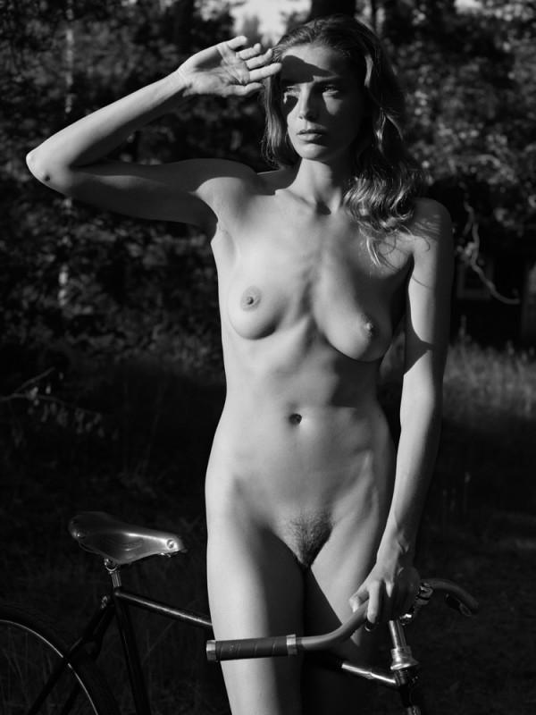 Daria Werbowy pose nue pour le magazine Interview